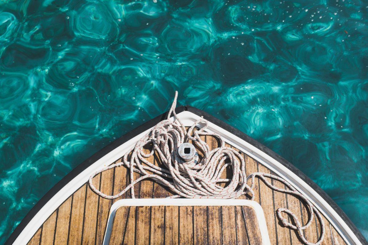 barca su acque cristalline